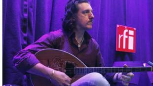 "Thierry ""Titi"" Robin plays bouzouki on RFI's Musiques du Monde programme."