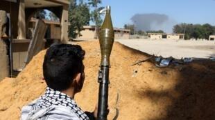 Guerrillero fiel al gobierno de Trípoli de Unidad Nacional el pasado mes de mayo al sur de la capital