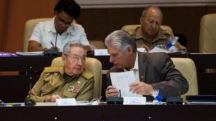 Chủ tịch Cuba Raul Castro (T) và phó chủ tịch thứ nhất Miguel Diaz-Canel tại Quốc Hội, La Habana, ngày 21/12/2017.