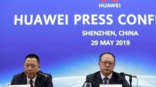 Phụ trách pháp lý của Hoa Vi, ông Tống Lục Bình (trái) và phó chủ tịch tập đoàn phụ trách khu vực Tây Âu Vincent Pang, trong cuộc họp báo tại Thâm Quyến ngày 29/05/2019.