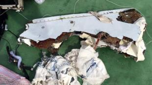 Destroços do voo MS804 da EgyptAir que caíu no Mar Mediterrâneo a19 de Maio, ao largo da cidade egípcia de Alexandria.
