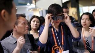 Un homme essaye des lunettes 3D au CES de Shanghai, le 25 mai 2015.