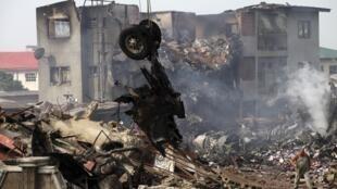 Tại hiện trường vụ tai nạn hàng không ở Nigeria, Iju-Ishaga, gần thành phố Lagos, 04/06/2012