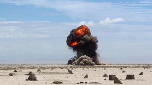 Une explosion contrôlée dans le désert yéménite, à l'est d'Aden, opérée par l'armée pour détruire des explosifs et des mines laissées sur place par le groupe Aqpa (avril 2016).
