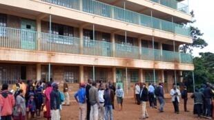 Pais e professores em frente à escola onde ocorreu o incidente que matou 13 crianças no Quênia. Em 03 de fevereiro de 2020.