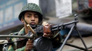 A vigilância do exército não impediu que muitos locais de votação fossem atacados em Bangladesh neste domingo, 5 de janeiro de 2014.