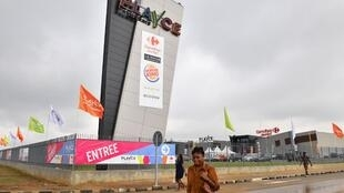 Le centre commercial Playce Palmeraie, dans un quartier d'Abidjan. Grandes et moyennes entreprises craignent d'être pressurisées par les taxes.