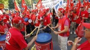 Funcionários da Peugeot durante protesto desta quarta-feira contra o fechamento da fábrica de PSA Aulnay.