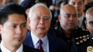 Cựu thủ tướng Najib Razak (thứ 2 từ trái)  tới tòa án Kuala Lumpur ngày 04/07/2018.