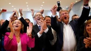 Joerg Meuthen, líder do partido alternativo para a Alemanha (AfD), Beatrix von Storch, vice-líder da AfD, e Joerg Urban, principal candidato da AfD às eleições na Saxônia, comemoram resultados da Saxônia em Dresden, 01/09/19