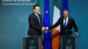 Le Premier ministre irlandais Leo Varadkar (à gauche) et le président du Conseil européen Donald Tusk, lors d'une conférence de presse conjointe au siège du gouvernement irlandais, le 1er décembre 2017.