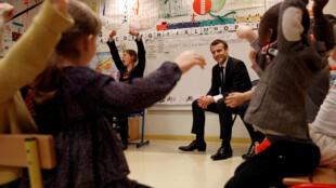 Эмманюэль Макрон считает, что ценности Французской республики «формируются школой и в школе», а «общее благо» страны зависит прежде всего от образования.