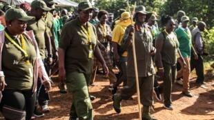 Le président ougandais Yoweri Museveni (avec le bâton) lors du premier jour d'une marche de six jours à Galamba, le 4 janvier 2020.