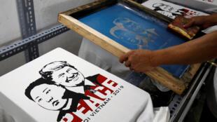 Một cửa hàng in và bán áo T-shirt hình tổng thống Mỹ Donald Trump và lãnh đạo Bắc Triều Tiên Kim Jong Un, Hà Nội. Ảnh chụp ngày 21/02/2019.