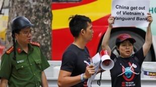 Biểu tình phản đối tầu khảo sát của Trung Quốc thâm nhập Bãi Tư Chính của Việt Nam trước đại sứ quán Trung Quốc ở Hà Nội, ngày 06/08/2019.