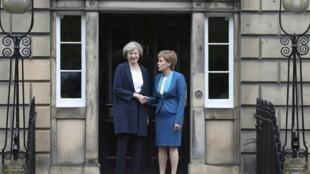 Thủ tướng Scotland Nicola Sturgeon (P) tiếp đồng nhiệm Anh Theresa May, tại Bute House, Edinburg, ngày 15/07/2016.
