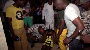 Cliente ferida aguarda atendimento após ataque em restaurante em Ouagadougou, no Burkina Faso, em 13 de agosto de 2017.