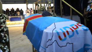 Le cercueil d'Étienne Tshisekedi à Nsele près de Kinshasa, avant l'inhumation, samedi 1er juin.