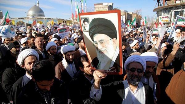As manifestação de apoio ao regime no Irã começaram na quarta-feira, 3 de janeiro de 2018.
