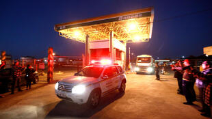 Un véhicule de la police militaire escorte un camion transportant de l'essence jusqu'à une station à Canoas, au Brésil, le 25 mai 2018.