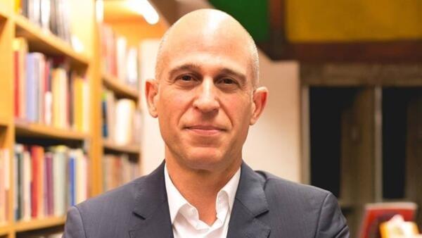 Leonardo Tonus é escritor e professor de literatura brasileira na Sorbonne Université (Paris)