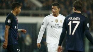 Thiago Silva (esquerda), defesa-central do Paris Saint-Germain, e Cristiano Ronaldo (centro), avançado do Real Madrid durante o jogo entre o PSG e o Real no Parque dos Príncipes a 21 de Outubro.