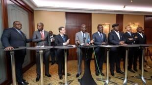 De gauche à droite: Jean-Pierre Bemba, Adolphe Muzito, Alan Doss (fondation Kofi Annan), Martin Fayulu, Freddy Matungulu, Felix Tshisekedi, Moïse Katumbi et Vital Kamerhe. Genève, 11 novembre 2018.