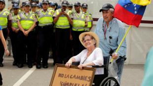 Người già Vénézuela biểu tình phản đối tổng thống Maduro tại thủ đô, ngày 12/05/2017.