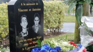 Une stèle a été érigée en hommage aux deux jeunes garçons, Antoine de Léocour et Vincent Delory, tués au Mali le 8 janvier 2011. Linselles, le 8 janvier 2012.