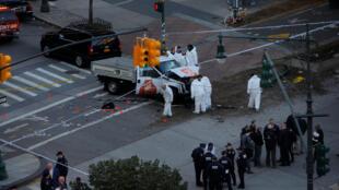 Полицейские осматривают грузовик на месте теракта в Нью-Йорке, 31 октября 2017 года