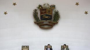 Presidente da Assembleia Nacional da Venezuela, Henry Ramos Allup, em sessão parlamentar nesta quinta-feira (17), ao lado do deputado Simon Calzadilla.