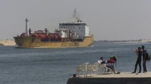 Un bateau traversant le canal de Suez, près de la ville portuaire d'Ismalia, à 120 kilomètres au nord-est du Caire.