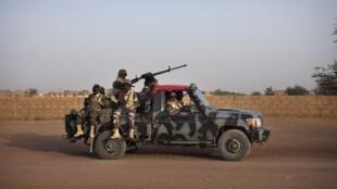Une patrouille de soldats maliens à Gao, en février 2013.