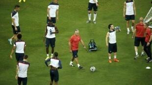 Técnico Didier Deschamps (centro) anima treino dos franceses na Arena Fonte Nova.