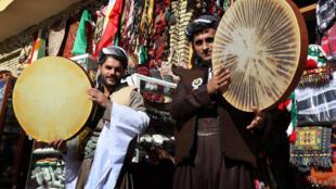 """Curdos iraquianos tocam tambores em Arbil no centro da região autônoma curda do norte do Iraque, celebrando o nascimento do Profeta Mohammed, conhecido em árabe como """"al-Mawlid al-Nabawi.23/12/15"""