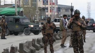 Les forces de sécurité afghane à proximité du site de l'attaque contre un temple sikh à Kaboul le 25 mars.