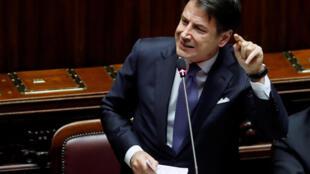 O primeiro-ministro da Itália, Giuseppe Conte, durante discurso de uma hora e meia, marcado por protestos