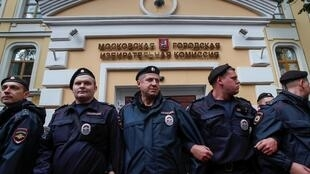 Полиция жестко задерживает протестующих у Мосгоризбиркома