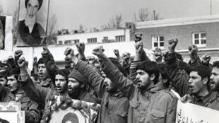 دانشجویان پیرو خط امام در محوطۀ سفارت پیشین آمریکا در تهران پس از گروگانگیری