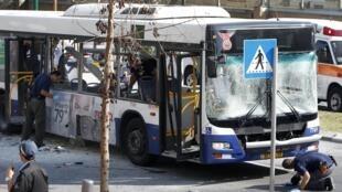 Uma explosão em um ônibus no centro de Tel Aviv deixou pelo menos 10 feridos.