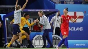 Jill Ellis, la sélectionneure américaine (au centre), après la victoire des Etats-Unis face à l'Angleterre à Lyon.