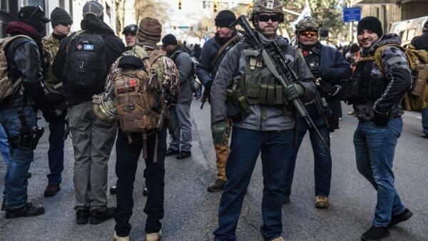 Manifestantes exibiram suas armas durante o protesto nas ruas de Richmond, na Virgínia.