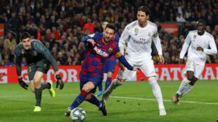 Lionel Messi face à Sergio Ramos, le 18 décembre 2019.