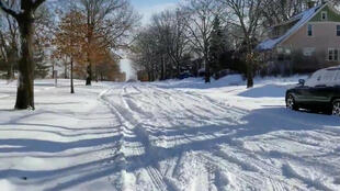 Uma rua coberta de neve é vista em Saint Paul, EUA, em 28 de janeiro de 2019.