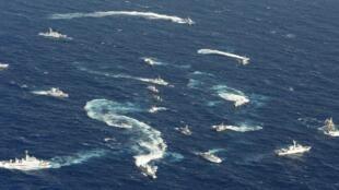 钓鱼岛海域鸟瞰图:日本海上保安厅的巡逻舰,台湾海巡船和中国渔船。