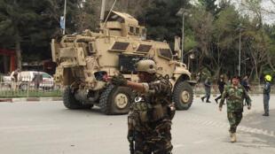 Un véhicule blindé des forces américaines endommagé sur le site de l'explosion, le 3 mai 2017.