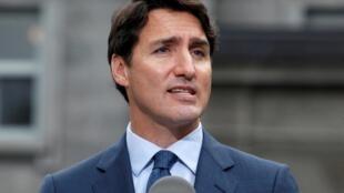 Le Premier ministre Justin Trudeau a présenté ses excuses pour une photo où il apparaîssait le visage grimé en noir en 2001, à l'occasion d'une fête d'une école privée située à Vancouver.
