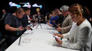 Modelos del teléfono inteligente Huawei Mate20 durante su lanzamiento en Londres, en octubre de 2018.