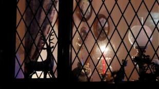 Французские священники попросили жителей страны зажечь 25 марта в 19.30 свечи и выставить их у окон или на балконах.