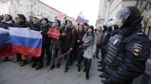 Протестующие и полиция на акции «Забастовка избирателей» в Москве 28 января 2018